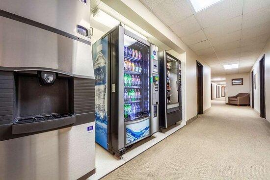 Sioux Center, IA: Hotel vending area