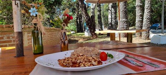 A natureza exuberante da Serra da Mantiqueira como companhia para um almoço delicioso