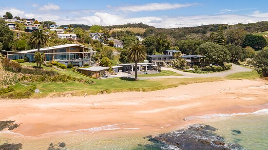 Cable Bay, New Zealand: Driftwood Lodge and Golden Sand Beachfront Accommodations