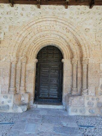 Bonita Iglesia románica porticada.