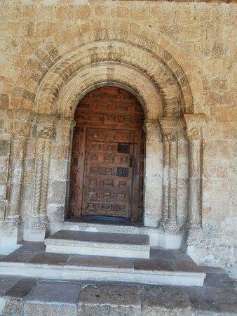 Iglesia románica porticada.