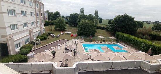 Espace de repos et piscine