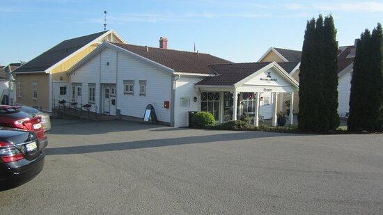 Gjeving, נורווגיה: Entrance and parking lot of hotel.