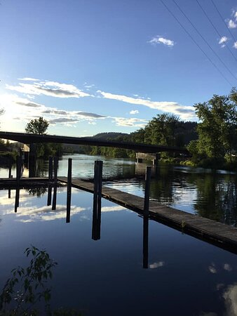 Saint Maries, ID: Out front of the hotell there is a dock for swimming, fishing, boating, etc.