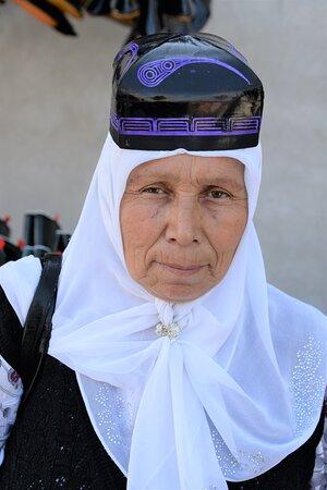 Alla fiera di Kuntepa nella valle di  Fergana. In questa zona esiste un gruppo etnico nel quale le donne si evidenziano anche con questo tipico copricapo. Kuntepa - Uzbekistan. Cliccare sulla foto per vederla come scattata.
