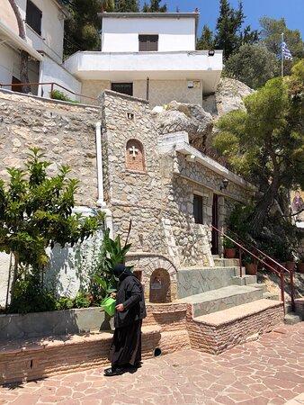 Женский монастырь в горах за Лутраки