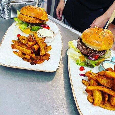 Les burgers maison accompagnés de leurs frites