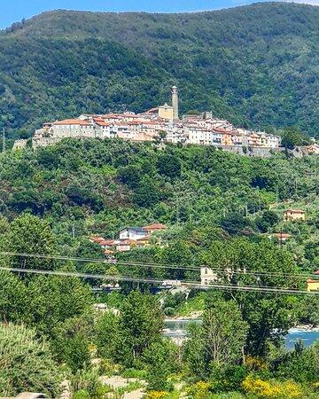 Caprigliola, Italien: Borgo Mediceo a forma di cometa in provincia di Massa e Carrara. Ai suoi piedi scorre il fiume Magra