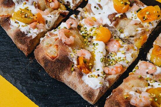 LA LIEVITA  (Fior di latte, Crema di pomodorino giallo, gamberetti, stracciatella, olio evo, pistacchi, fili di peperoncino)