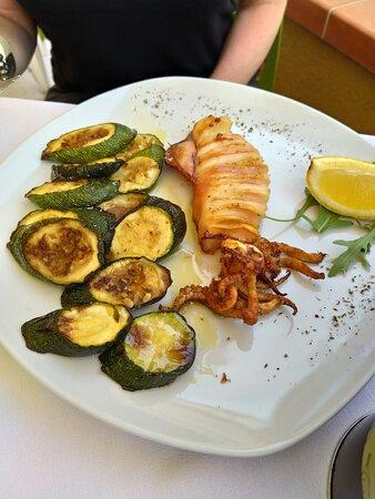 calamaro alla griglia con zucchine arrostite