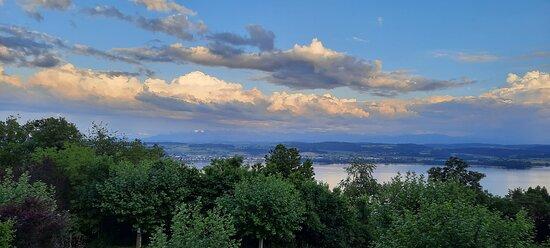 Lugnorre, Schweiz: Abendstimmung auf der Terrasse des Hotels Mint Vully