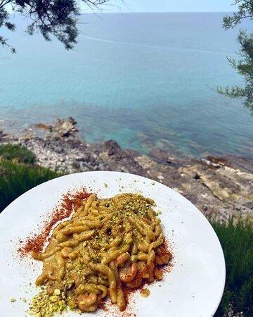 Busiate fresche al pesto di pistacchio e gamberi vista mare