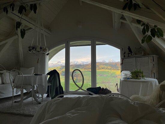 Rueggisberg, สวิตเซอร์แลนด์: Frühmorgendlicher Blick auf Eiger, Mönch und Jungfrau direkt aus dem Bett - Zimmer Blanche