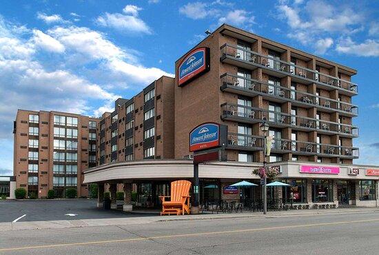 Howard Johnson Plaza Hotel by Wyndham by the Falls