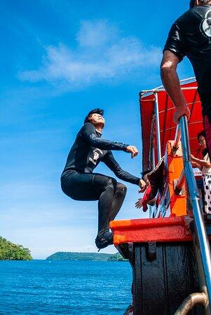 Instructor Mark and Freediver/snorkelguide Beet make a lot of fun on our boat. มาร์คครูสอนดำน้ำและฟรีไดฟ์บัดดี้/ไกด์นำเที่ยวจะทำให้คุณมีความสนุกมากมายบนเรือของเรา
