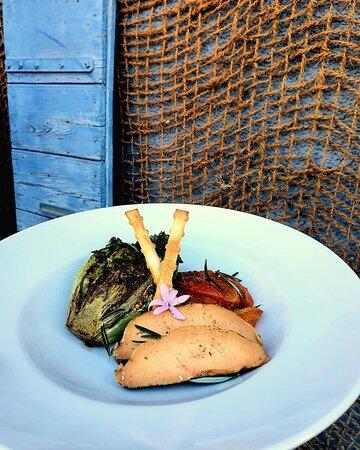 Foie gras mi-cuit au gros sel, abricots de Sorgues au romarin, sucrine snackée