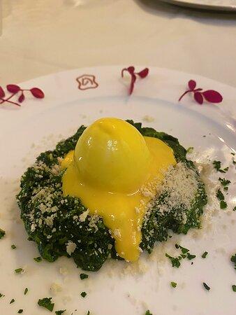 Uovo semi morbido su nido di spinaci e salsa Bernese