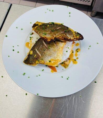 Filet de dorade grillé à l'unilatéral laqué sucré salé accompagné de légumes croquants et son riz blanc