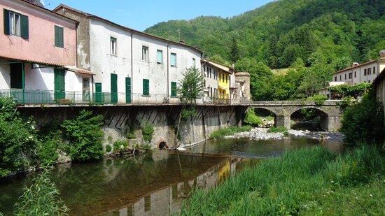 Pracchia, Italie : L'albergo è sulla sponda destra del fiume Reno, al margine della fotografia