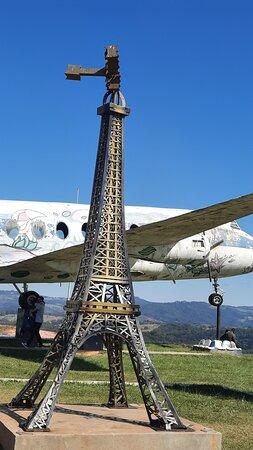 Belas fotos com um avião ao fundo