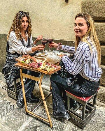 in via de Neri l'aperitivo a base di tagliere sta diventando un must!