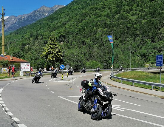 Acquarossa, Svizzera: Il personale addetto alle segnalazioni transita dal nostro punto di osservazione, qualche minuto prima dell'arrivo del gruppo dei ciclisti.