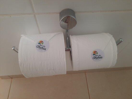 Paraguacu Paulista, SP: Bastante cuidadosos,  achei uma graça este detalhe nos rolos de papel higiênico 