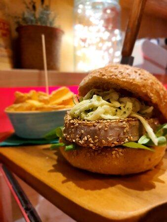 Burger ti tonno piastrato con semi di sesamo, julienne di zucchina e maio al cetriolo