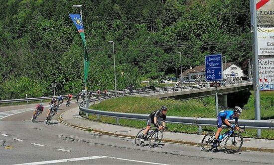 Acquarossa, Svizzera: Ultima tappa Tour de Suisse, i corridori stanno affrontando una discesa a tutta velocità. 13 Giugno 2021.  Foto fatte con il telefonino.
