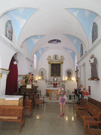 L'intérieur de l'église vu depuis la porte d'entrée. Notez la petite taille de cette église.