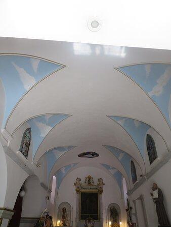 Plafond de l'église caractérisé par sa couleur blanche