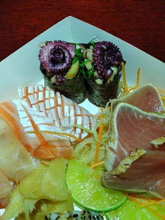 Niguiri de barriga de salmão, gunkan de polvo e sashimi de atum