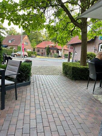 Schermbeck, Germany: ein wunderschöner Biergarten mit Lounge im hinteren Teil; schönen Stühlen u. Sonnenschirmen mit Beleuchtung; im Sommer ein Eiswagen am Straßenrand.