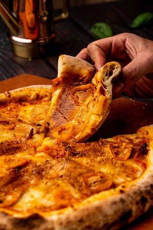 Pizza con lechón al horno