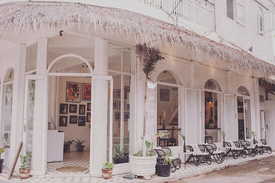 The entrance and ground floor of SAMADHI restaurant. The beautiful building is located on a corner, one street straight up from the harbor area.  We also have a first floor outdoor terrace and a 2:Nd floor roof top 🔝
