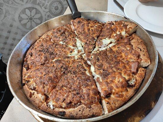 Trefacio, Spain: Pizza texana y vista restaurante