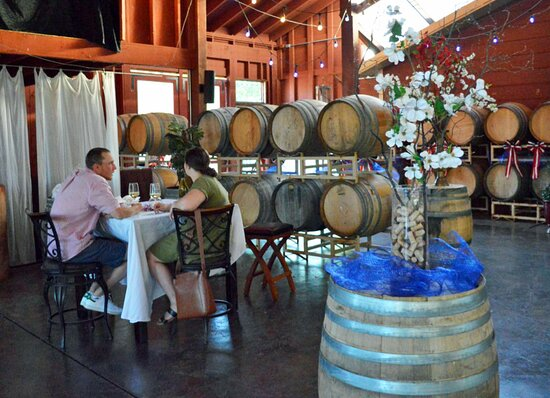 Junction City, OR: Pfeiffer Winery indoor seating