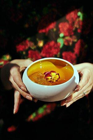 """Zen: Gin, liquore ai fiori, succo di melone nostrano, succo di limone, sciroppo di zucchero e soda al sedano.  禅 - È possibile tradurre zen in modo letterale con """"visione""""; spesso però è anche tradotto con """"meditazione"""", e interpretata come """"stato di perfetta equanimità e consapevolezza""""."""