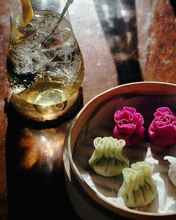 """Dim Sum: suona come l'argentino tintinnare di un campanellino cinese e significa letteralmente """"toccare il cuore"""".   Sono piccoli ravioli al vapore ripieni di pesce o verdure originari della cucina tradizionale cinese che potete richiedere in accompagnamento ai vostri cocktail!"""