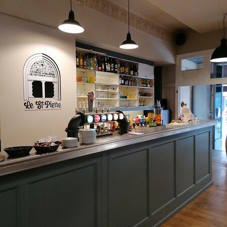 Le bar et la salle de restaurant décoré dans un esprit vintage.