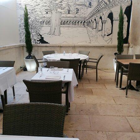 Découvrez notre cour intérieure..Une ambiance chaleureuse, calme  et cosy. Vous pourrez y admirer la fresque murale du cloître de Moissac réalisée par l'artiste marseillais Gaetan Marron. Un lieu idéal pour les dîner en amoureux..