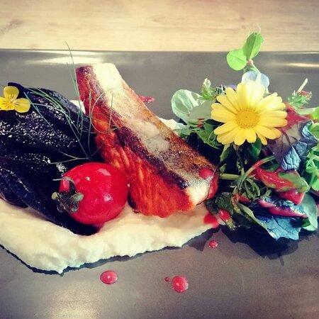 Kieler Lachsforellenfilet mit Blumenkohlpüree und glacierten Urkarotten