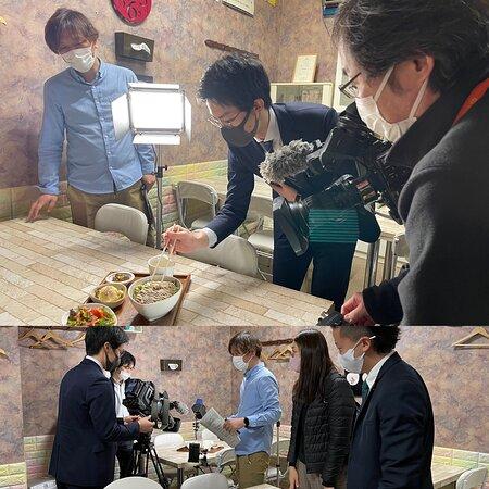 令和3年3月6日AM11:00放映のTVH北海道テレビのスイッチン❣️が取材に来て下さいました。黄金豚のガーリックステーキ丼とジオピザのジャーマンポテトピザ(有珠山の溶岩プレート入り釜で焼く)そしてパスタで一番人気の海老とズワイガニトマトクリームをテレビで紹介して下さいました。http://karzz.toyako-ch.com/ホームページにて全てのメニューをご覧頂けます。