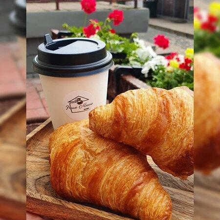 Свежевыпеченные круассаны и кофе