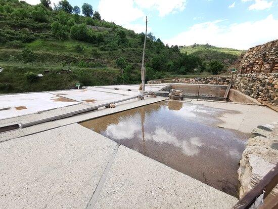 Las eras donde se secaba el agua para generar la sal.