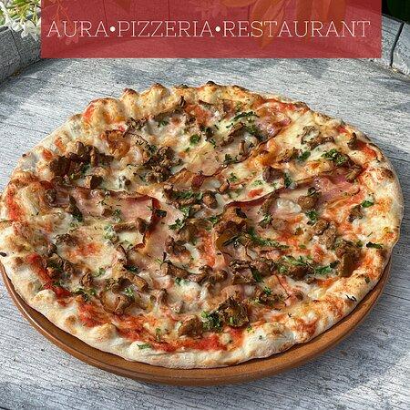 PIZZA TOBLA Tomatensauce, Mozzarella, Bauchspeck, Pfifferlinge & Petersilie  Salsa al pomodoro,mozzarella, pancetta, fingerli e prezzemolo