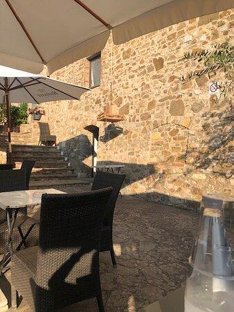 Badia a Passignano, Ιταλία: I panini scendono dalla cucina con la carrucola