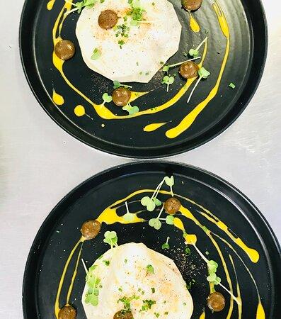 Entrée menu du jour : Raviole de céleri et son émietté de la criée