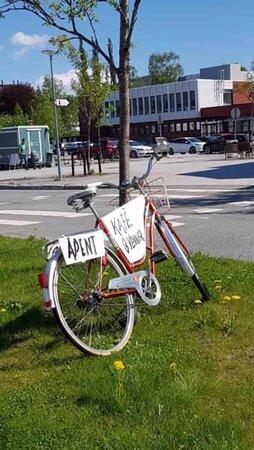 Rindal, Norge: Kjører du forbi sykkelen ved hovedveien gjennom sentrum, vet du at vi har åpent.