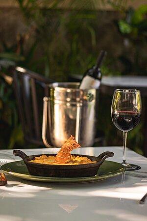 No te pierdas nuestro Lobster Mac & Cheese 🌿 Muy cremoso, con trozos de langosta del caribe y costra de parmesano . Tel. 9994 535 490 www.moliere394.com